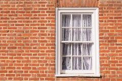Het Victoriaanse houten venster van de kader witte sjerp met glaspanelen Royalty-vrije Stock Afbeeldingen