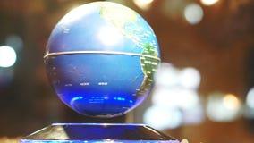 Het video Blauwe Aarde achtergrondbol spinnen op magnetisch machtsmodel stock video