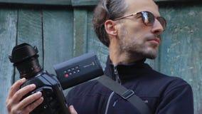 Het videomaker zoeken onderworpen aan spruit voor een oude deurvoorgrond SF stock footage