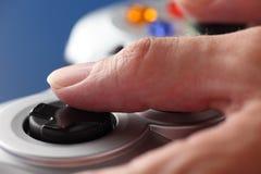 Het videospelletje die van het handenspel een gamepad gebruiken Royalty-vrije Stock Afbeeldingen