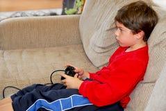 Het videospelletje van de jongen Royalty-vrije Stock Afbeeldingen