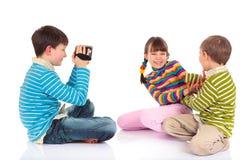 Het videotaping de jonge geitjes van de jongen spelen stock foto
