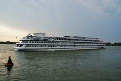 Het vier-dek toeristenschip op rivier stock foto