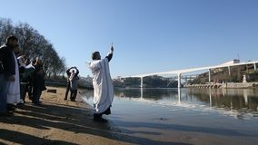Het vieren Doopsel van het baden van Jesus en Epiphany-in Douro-rivier in de Parochie van Russische Orthodoxe Kerk stock footage