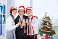 Het vieren Kerstmis in het bureau Royalty-vrije Stock Foto