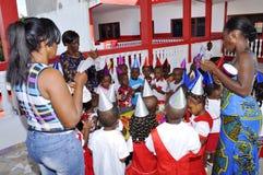 Het vieren Kinderen` s Verjaardag op School Stock Foto's