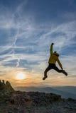 Het vieren succes in de zonsondergang stock foto