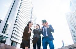Het vieren succes Lage hoekmening van opgewekte jonge zakenman stock foto