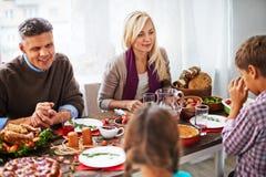 Het vieren thanksgiving day met familie Stock Foto