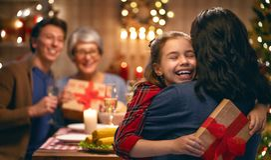 Het vieren van de familie Kerstmis stock afbeeldingen