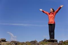 Het Vieren van de vrouw Voltooiing bovenop een Berg stock fotografie