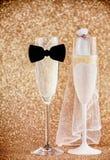 Het vieren van een huwelijk met champagne Royalty-vrije Stock Afbeeldingen