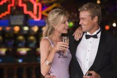 Het vieren van het paar in casino stock foto