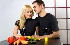 Het vieren van het paar met wijn Stock Fotografie
