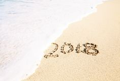 Het vieren van 2018 op een tropisch strand Stock Foto
