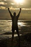 Het vieren van Triathlete op strand. stock afbeeldingen