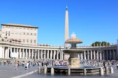 Fontein en Egyptische obelisk bij Piazza San Pietro, Rome Royalty-vrije Stock Foto's