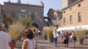 Het vierkant van Bergamo met de burgertoren stock video