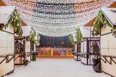 Het Vierkant van de nieuwjaar` s Kathedraal met Kerstmisdecoratie in Belgorod-stad Passage met LEIDENE slingers onder Kerstmis ee Stock Foto's