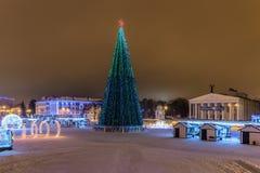 Het Vierkant van de nieuwjaar` s Kathedraal met van Kerstmisdecoratie en lichten spar in het centrum van Belgorod-stad Mening van Royalty-vrije Stock Afbeeldingen