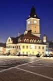 Het Vierkant van de Raad van Brasov, nachtmening in Roemenië Stock Foto's