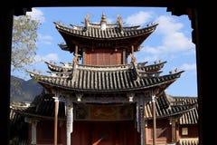 Het vierkant van de Shaximarkt: mening van de voorgevel van het theater, Yunnan, China stock afbeelding