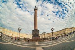 Het Vierkant van het de winterpaleis Herdenkingscoloumn van Alexander in het centrum Stock Foto's