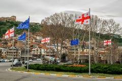 Het Vierkant van Europa Vlaggen van de Europese Unie en de vlag van Georgië stock foto's