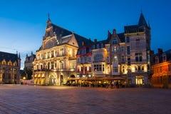 Het vierkant van heilige Bavo bij nacht, Mijnheer, België stock fotografie