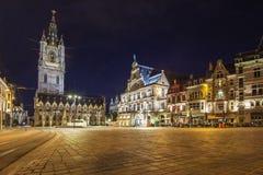 Het vierkant van heilige Bavo en de toren van Belfort bij nacht, Mijnheer, België royalty-vrije stock afbeelding