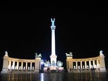 Het Vierkant van helden bij nacht - Boedapest, Hongarije Stock Foto's