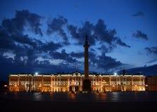 Het Vierkant van het paleis bij witte nacht stock afbeeldingen