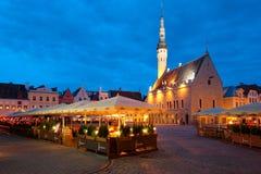 Het Vierkant van het Stadhuis van Tallinn van de nacht Stock Foto's