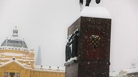 Het vierkant van koningsTomislav met oud standbeeld en art. stock video