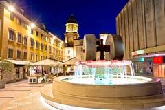 Het vierkant van Rijeka en de mening van de fonteinavond met klokketorenpoort Stock Fotografie