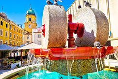Het vierkant van Rijeka en fonteinmening met klokketorenpoort Stock Foto