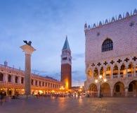 Het vierkant van San Marco en het Paleis van de Doge na zonsondergang Royalty-vrije Stock Afbeelding