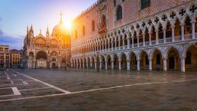 Het vierkant van San Marco met Campanile en het Teken` s Basiliek van Heilige Het belangrijkste vierkant van de oude stad Venetië stock foto's