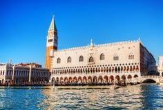 Het vierkant van San Marko in Venetië zoals die van de lagune wordt gezien Stock Foto's
