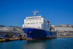 Het vierkant voor de stad van de zeepost van Novorossiysk Schip in marskogopost royalty-vrije stock foto