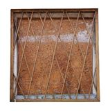 Het vierkante venster sloot met metaalbars en barstte geïsoleerd triplex royalty-vrije stock foto's