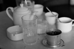 HET VIETNAMESE KOFFIE DRUIPEN EN THEEpot Royalty-vrije Stock Foto