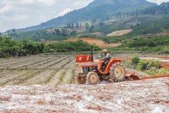 Het Vietnamese mens werken Royalty-vrije Stock Foto