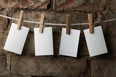 Het vijf fotodocument maakt aan kabel met wasknijpers vast Royalty-vrije Stock Foto