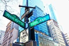 Het vijfde teken NYC van de Straat van de Weg Stock Foto's