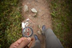 Het vinden van de juiste positie in het bos met en het kompas Stock Afbeeldingen