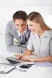 Het vinden van een baan in Internet Stock Foto's