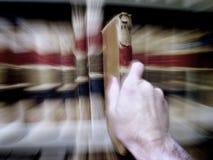 Het vinden van het Juiste Boek in Bibliotheek Royalty-vrije Stock Foto