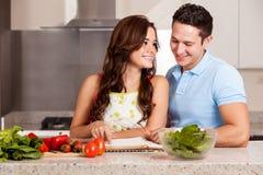 Het vinden van het juiste recept voor diner Stock Fotografie