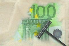 Het vinden van honderd euro Royalty-vrije Stock Afbeeldingen